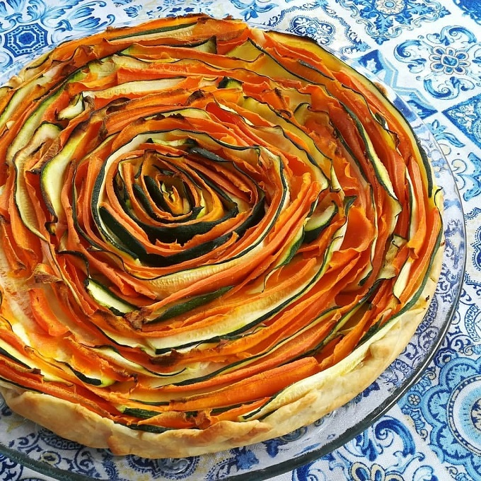 Crostata a spirale con carote e zucchine