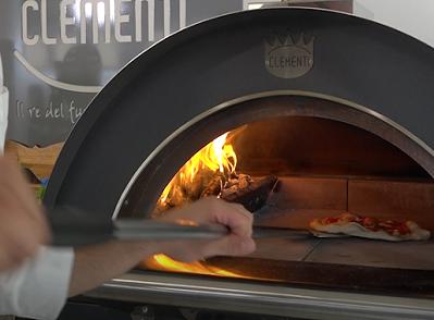 pizza infornata nel forno a legna clementi