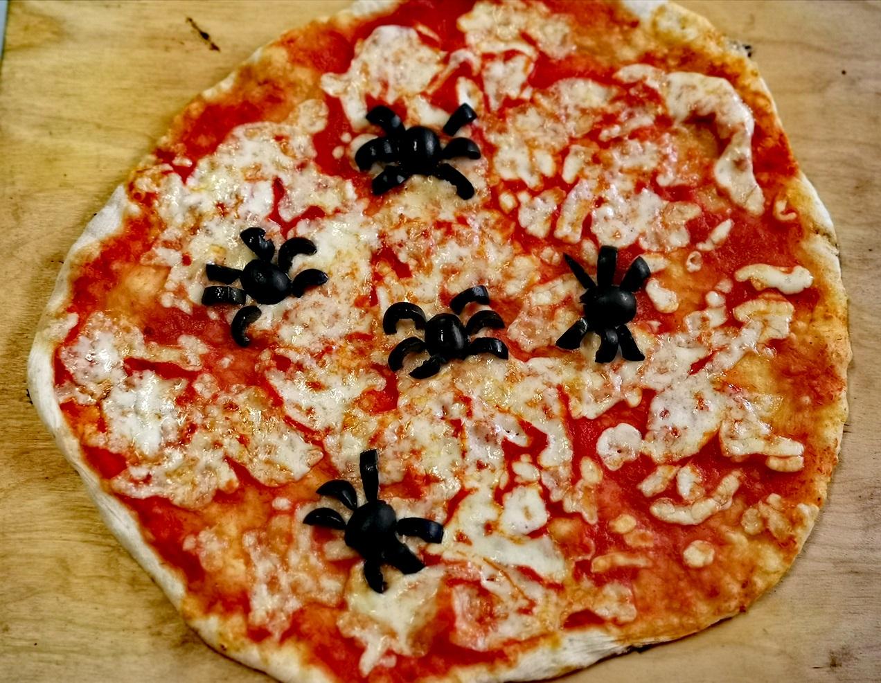 pizza margherita nel forno a legna clementi